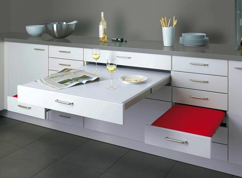Выдвижной стол и сидения на кухне