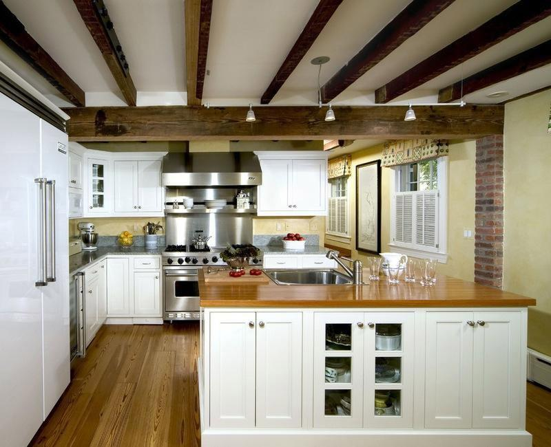 Деревянные балки на кухонном белом потолке