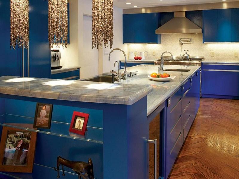 Деревянные полы в сочетании с синей мебелью