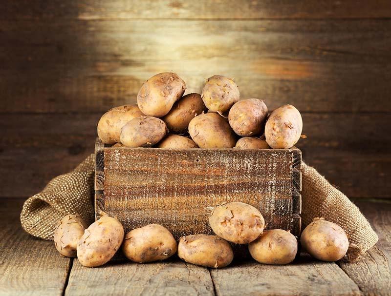 Картофель в деревянном ящике