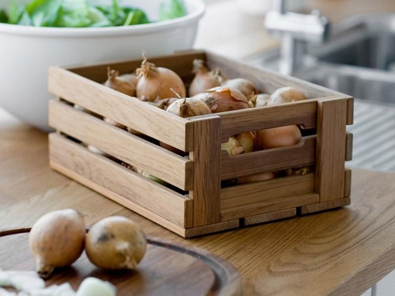 Лук репчатый в деревянном ящике