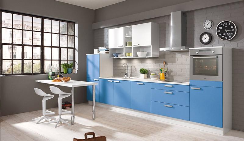 Кухня василькового цвета на фоне серой стены