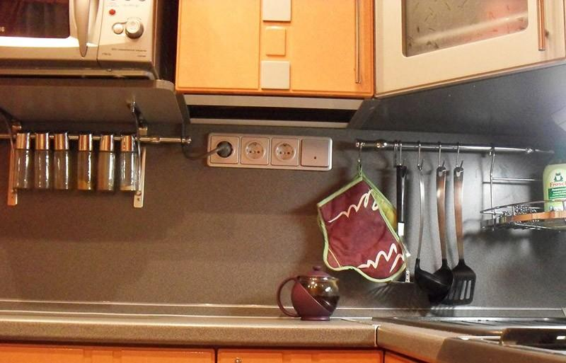 Расположение розеток на кухне под навесными шкафами