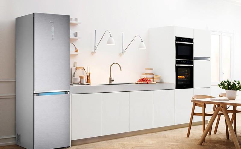 Серебряный холодильник на кухне