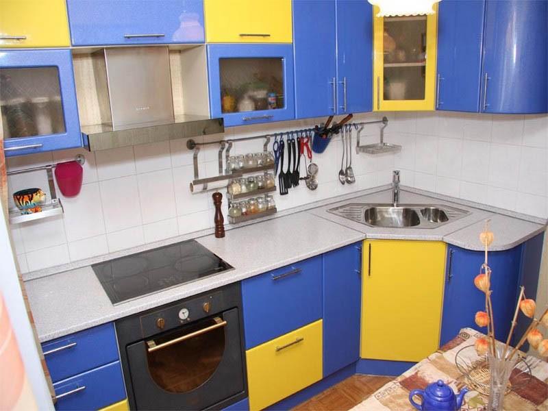 Сине-желтые фасады мебели