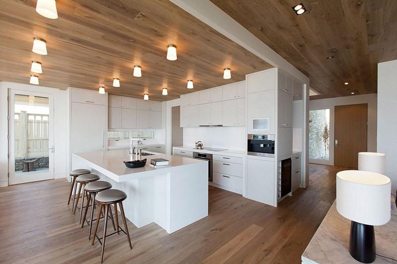 Ламинат на полу и потолке кухни