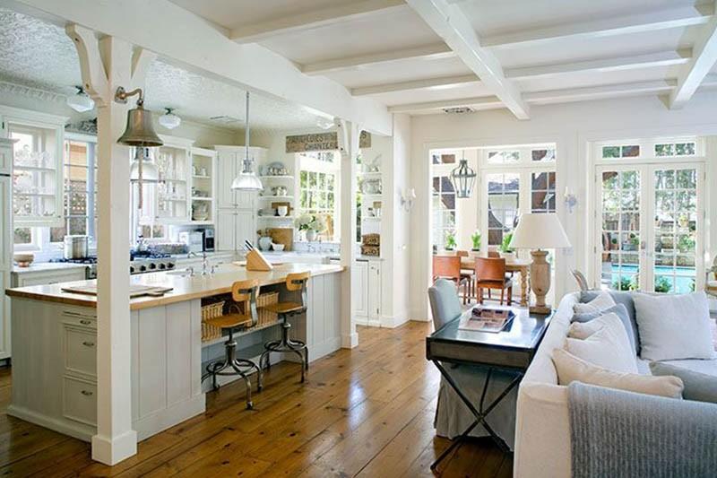 Деревянный пол на просторной белой кухне