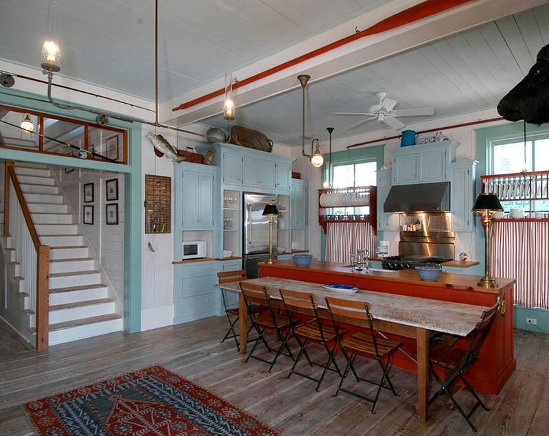 Кухня с развешенными по стенам удочками, веслами и рыбами