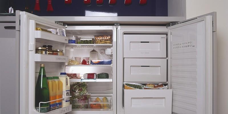 Горизонтальный маленький холодильник под столешницей