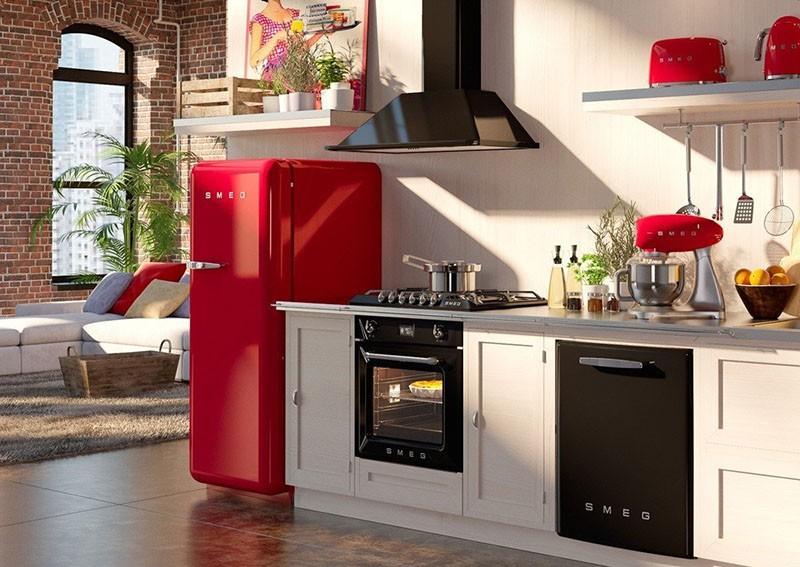 Красный холодильник на открытом пространстве между кухней и гостиной