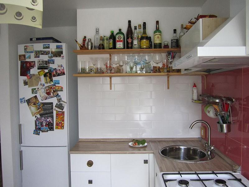 Холодильник в нише, где раньше был коридор