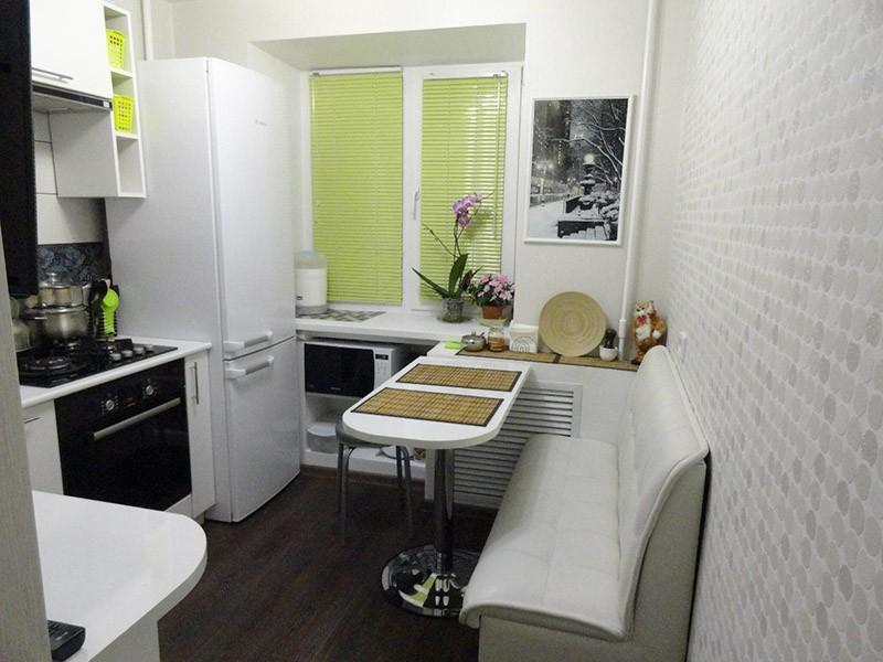 Холодильник в дальнем углу кухни у окна