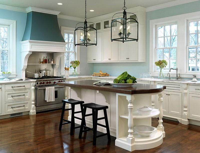 Люстры с лампами-свечами над кухонным столом