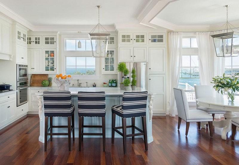 Просторная белая кухня у моря