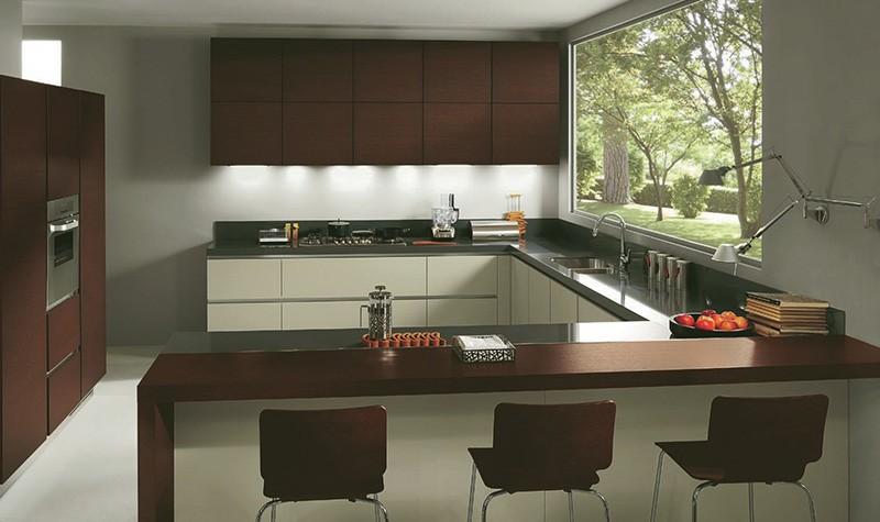 Большая кухня с мебелью по всем четырем сторонам