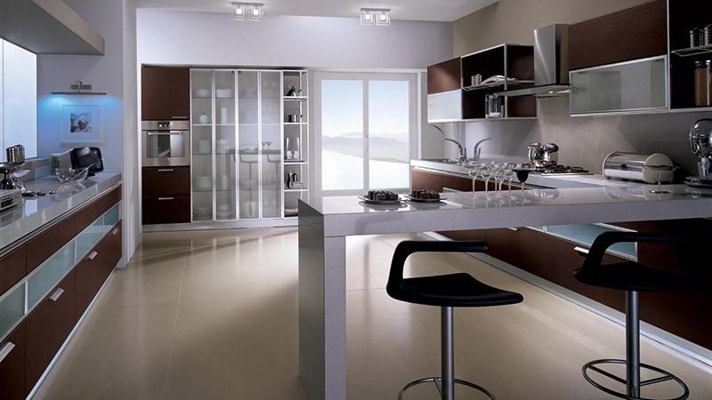 Широкая кухня с проходом между шкафами больше 2 метров