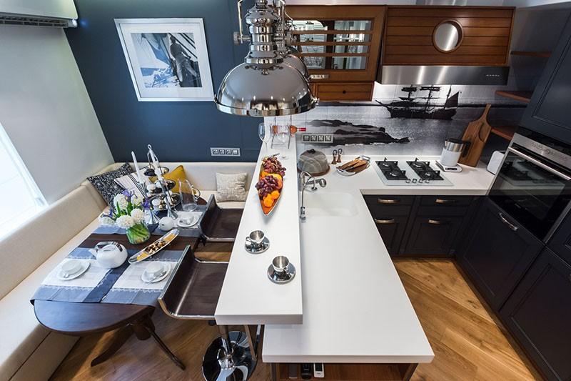 Лампы с плафонами из стали на кухне-корабле
