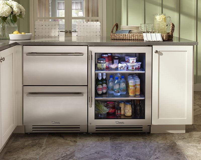 Маленький холодильник на кухне с прозрачной дверцей