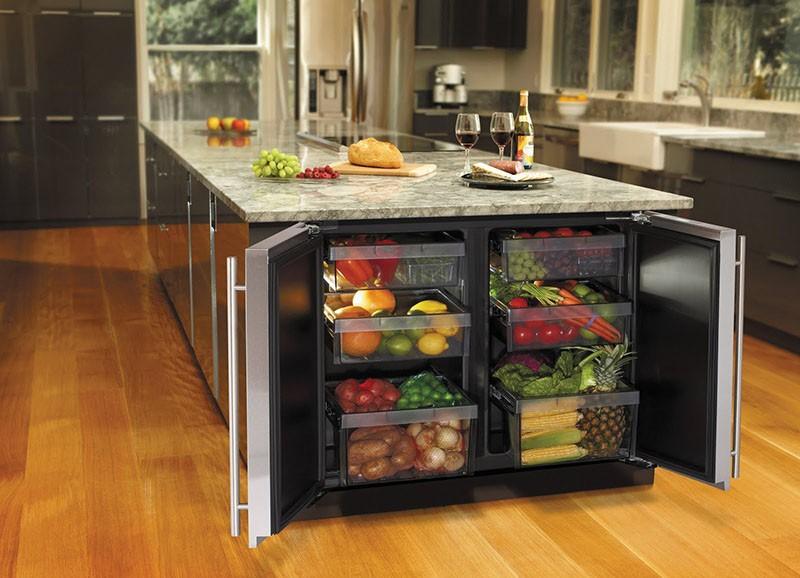 Два мини-холодильника под столешницей кухни-остров