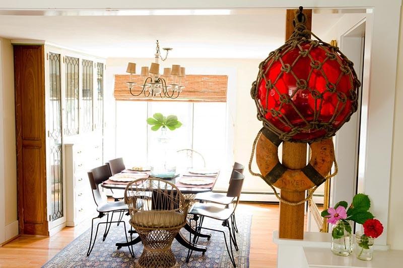 Спасательный круг и морской буй на столбе на кухне
