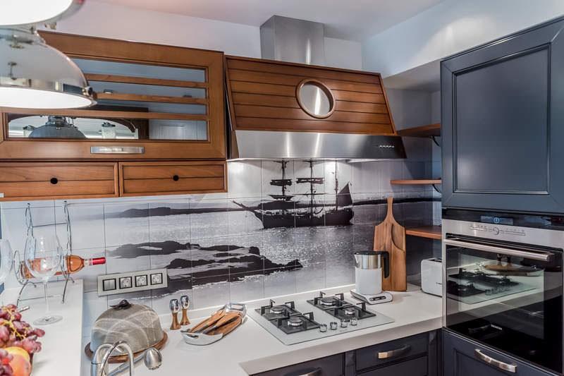 Вытяжка на кухне с имитацией иллюминатора