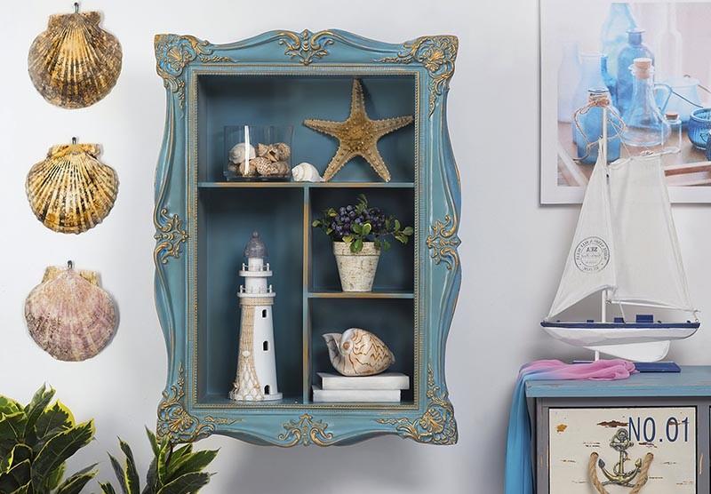 Декоративный шкафчик с морскими сувенирами