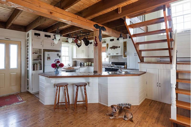 Кухня с деревянным полом и потолком с элементами металла