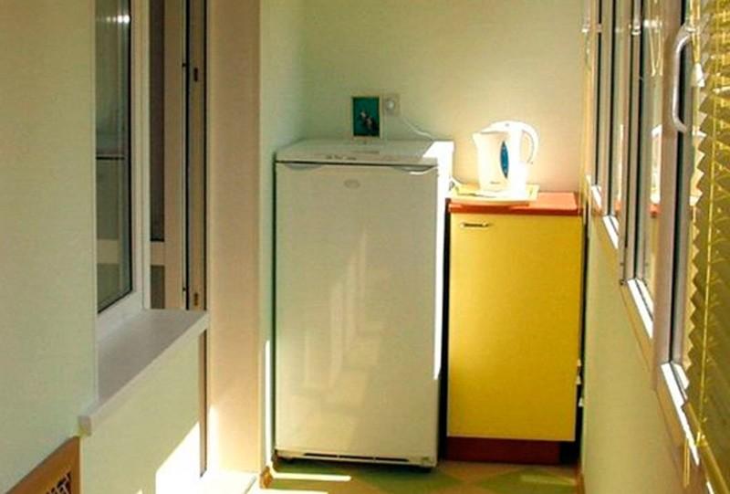 Небольшой холодильник на балконе