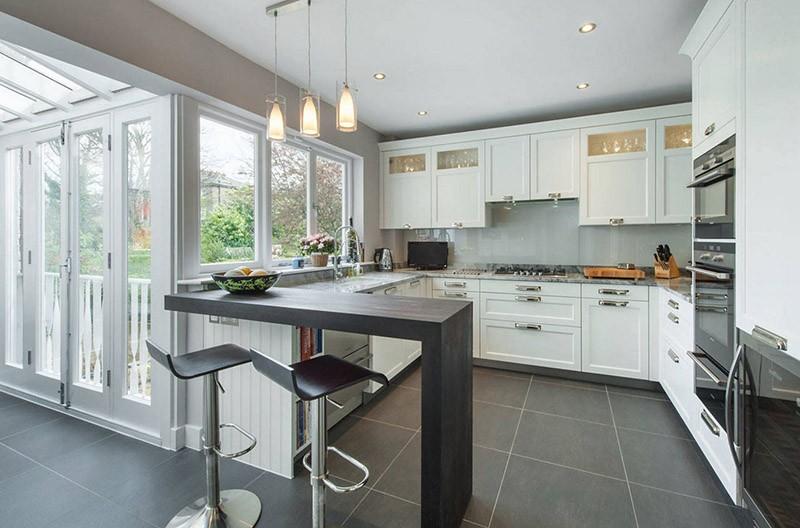Барная стойка с четвертой стороны П-образного кухонного гарнитура