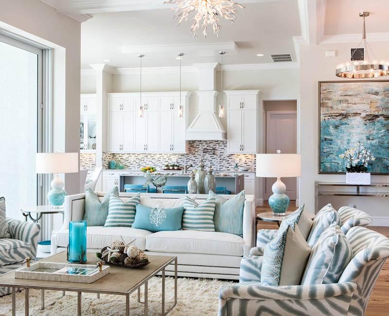 Бело-голубая кухня с кораллами, ракушками и морскими звездами в дизайне