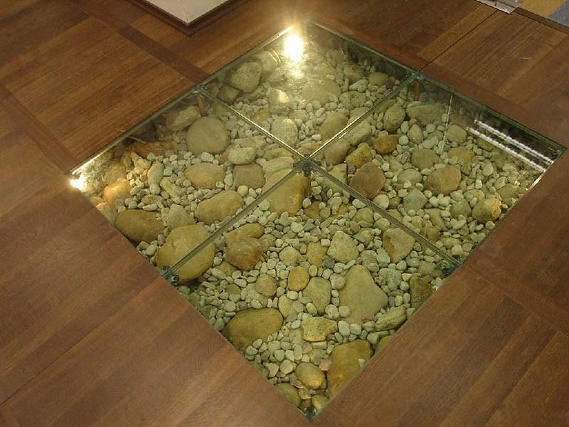 Деревянный пол с прозрачной вставкой заполненной галькой