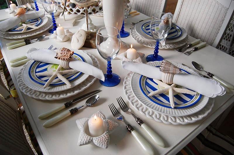 Обеденный стол с посудой и сервировкой в морском стиле