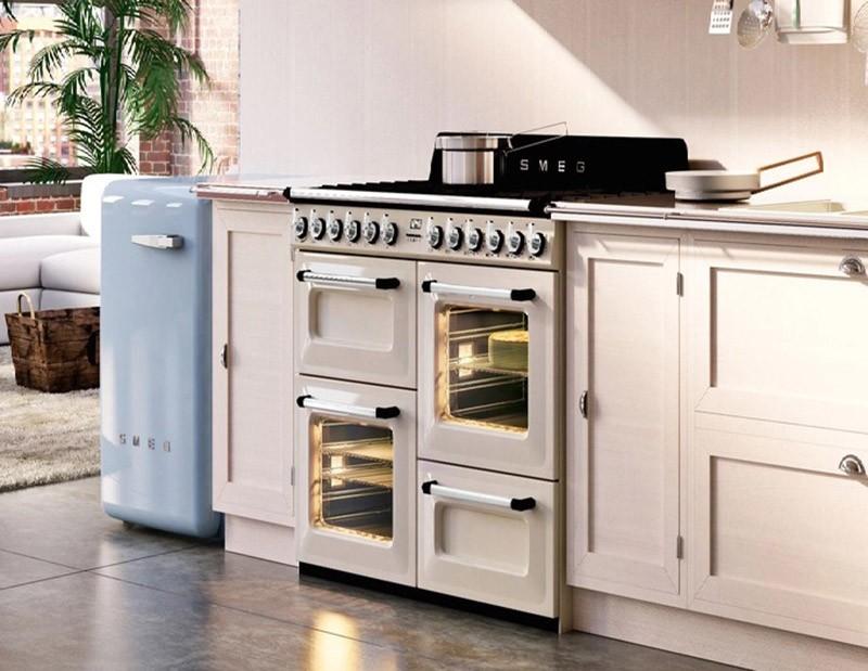 Голубой мини-холодильник на кухне-студии с левого края от гарнитура
