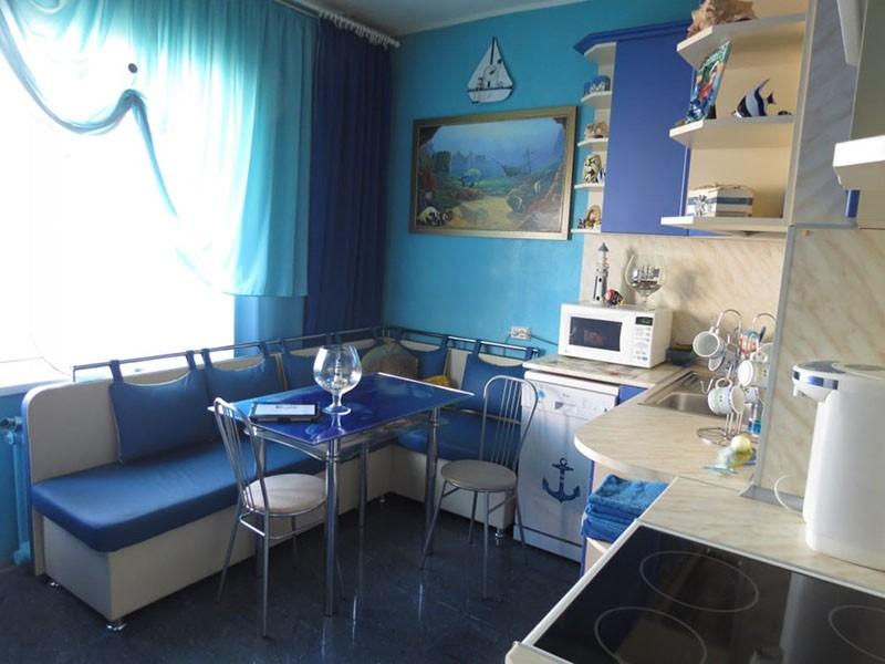 Сине-белая кухня с окном на солнечную сторону