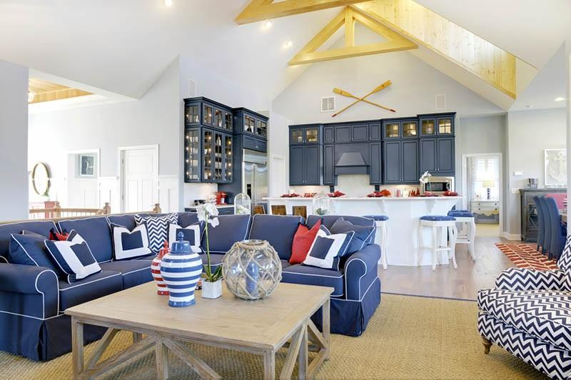 Кухня-гостиная с синими фасадами и диваном