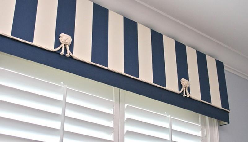 Белые жалюзи с верхним декором в морском стиле