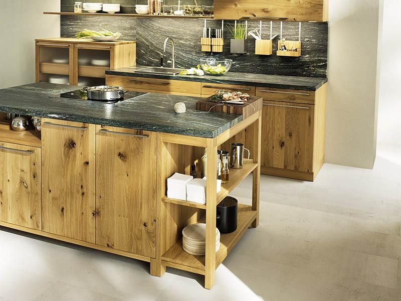 Светлое дерево и темный камень кухонной мебели