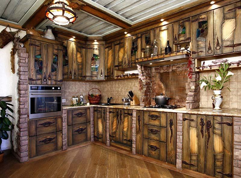 Деревянная кухня с металлическими грубыми элементами