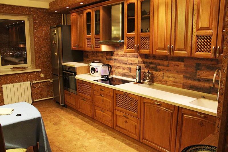Мебель и отделка кухни из древесины и пробки