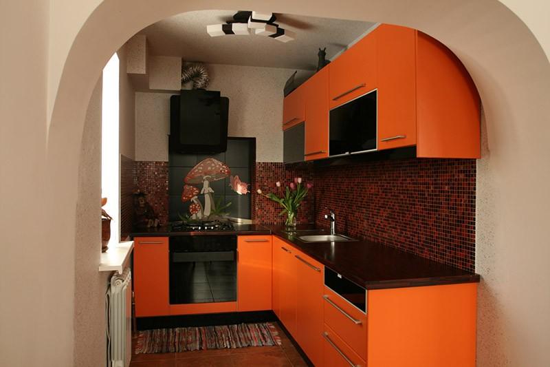 Черный, коричневый и оранжевый цвета на кухонном фартуке
