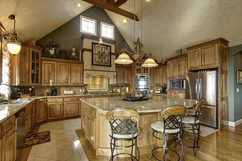 Кованые стулья с деревянной спинкой и мягким сиденьем на кухне