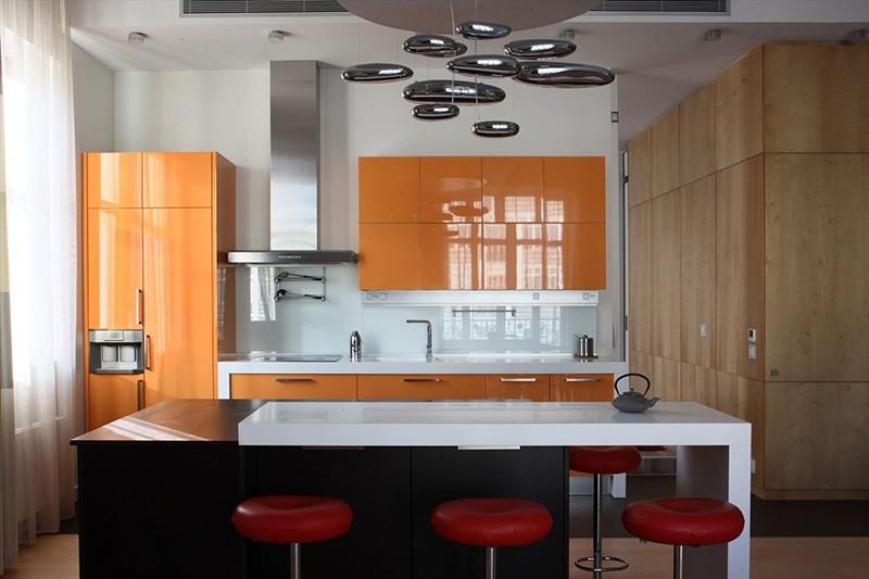 Строгие глянцевые фасады морковного цвета