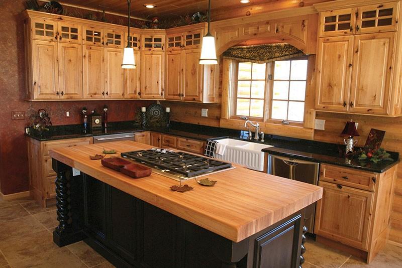 Кухня из светлых фасадов с вкраплением сучков