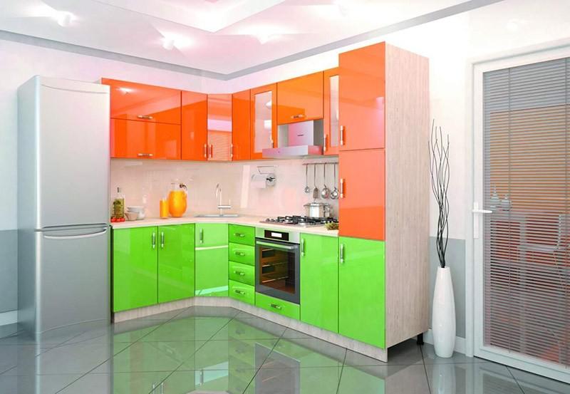 Неоново-зеленый низ и оранжевый верх кухонного гарнитура