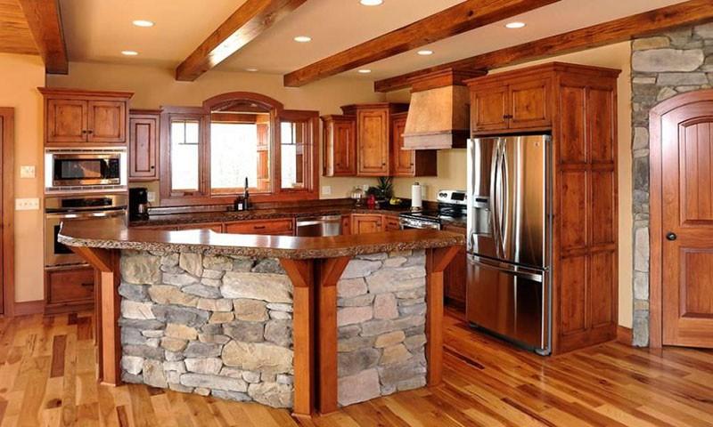 Остров с основанием из камня на классической кухне
