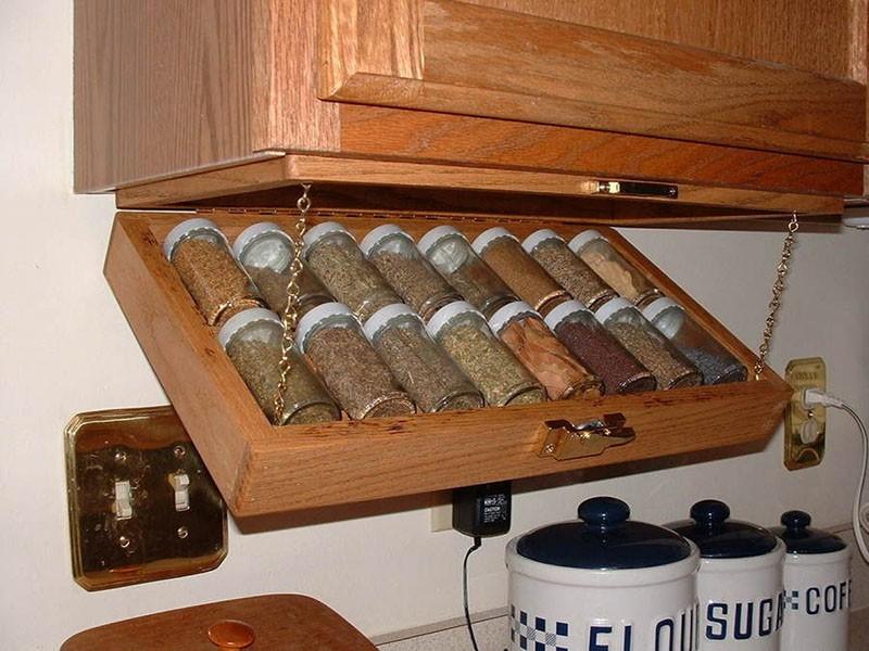 Откидывающийся на цепочках ящик для хранения банок со специями