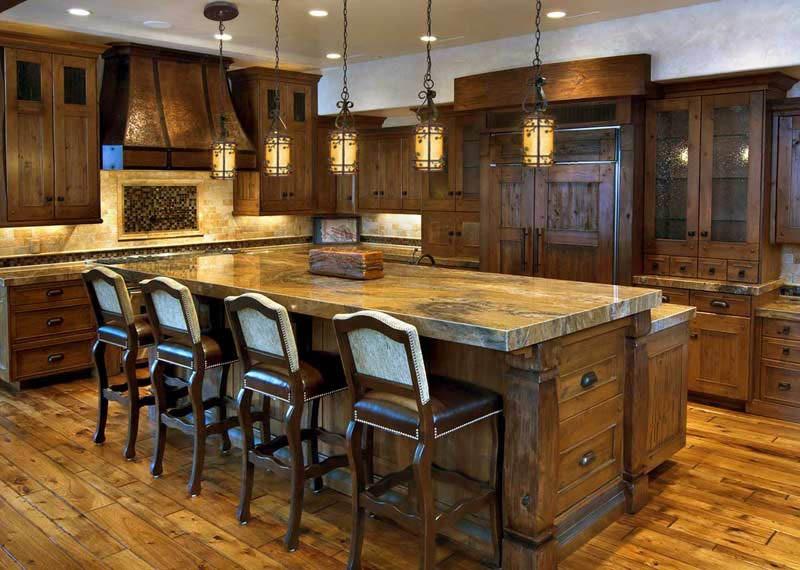 Деревянная кухня со стульями обитыми кожей