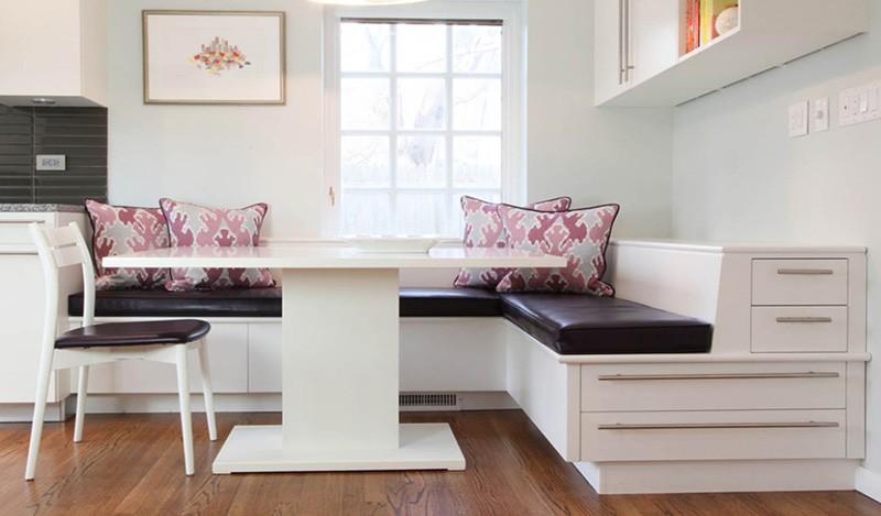 Деревянный уголок с ящиками для хранения и большим столом