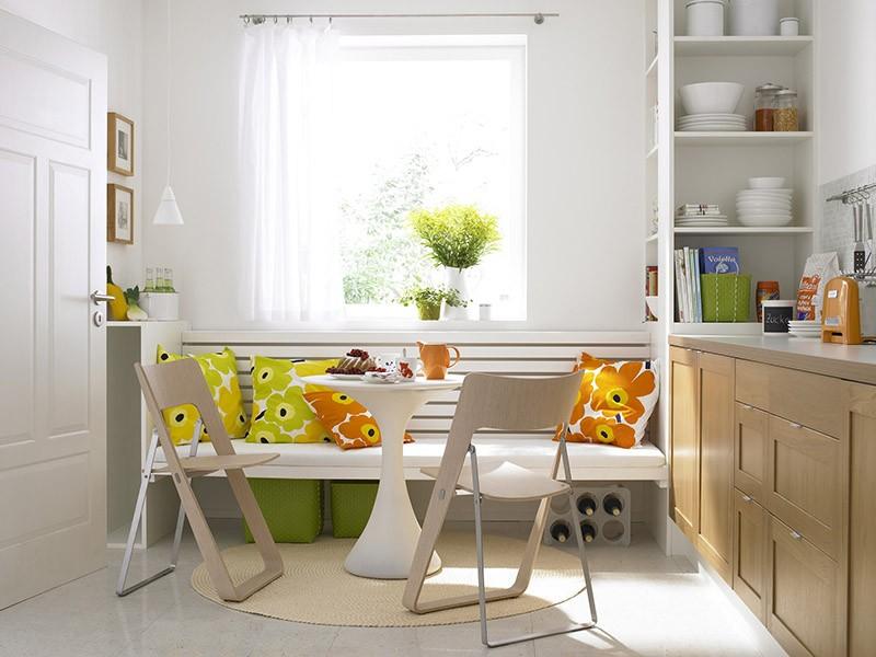 Круглый коврик под круглым обеденным столиком у окна