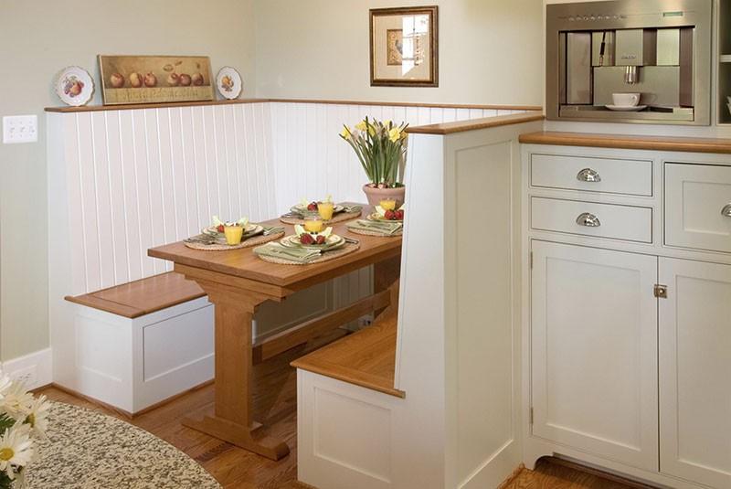 Обеденная зона на кухне с перегородками
